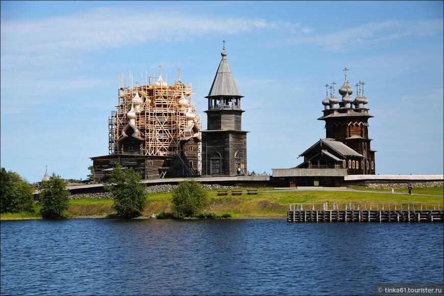 Само собой, сплавали из Петрозаводска на Метеоре в Кижи. Это то место, где мне понравилось больше всего за всю нашу поездку.  Жаль только , что церковь Преображения Господня все еще в лесах.