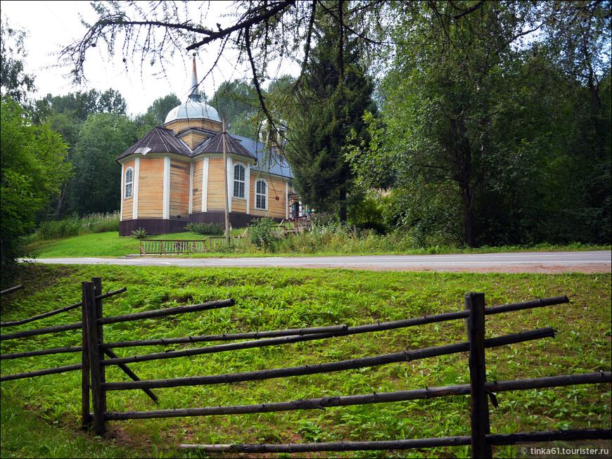 Церквушка в лесу в местечке Марциальные Воды.
