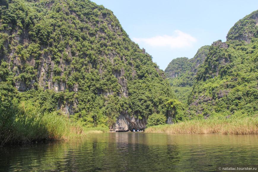 Уникальность этого региона не только в его скалах разнообразных форм, вырастающих прямо из реки, но и в пещерах. К первой из них мы приближаемся!