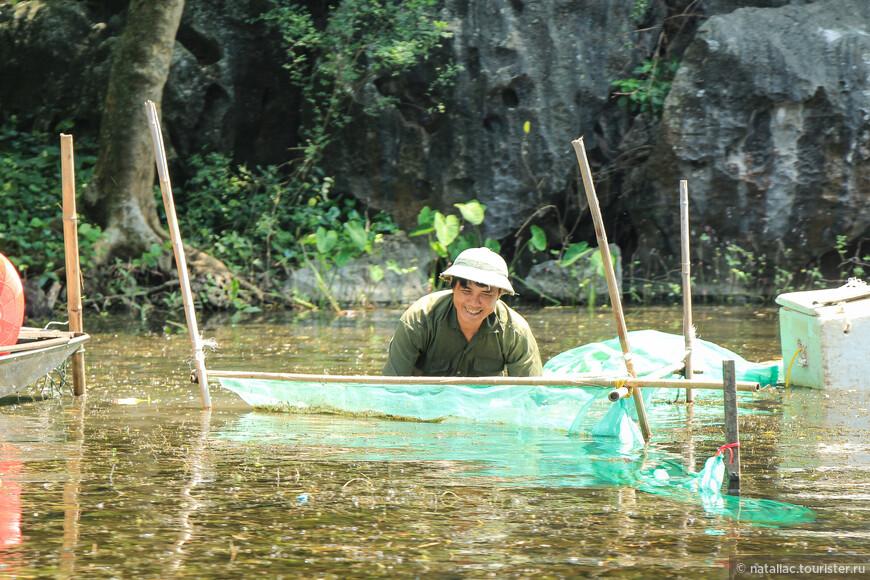 Местным жителям все ни по чем-они работали, порой по пояс находясь в воде, кого-то ловили, доставали какие-то коренья.