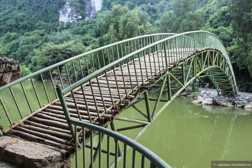 Этот мостик уже вел конкретно к птичьей ночевке-тропа через лес по склону горы-направо. Видите велосипеды? Есть и другой проезд сюда, но он длинне, а далее все равно только пешком.