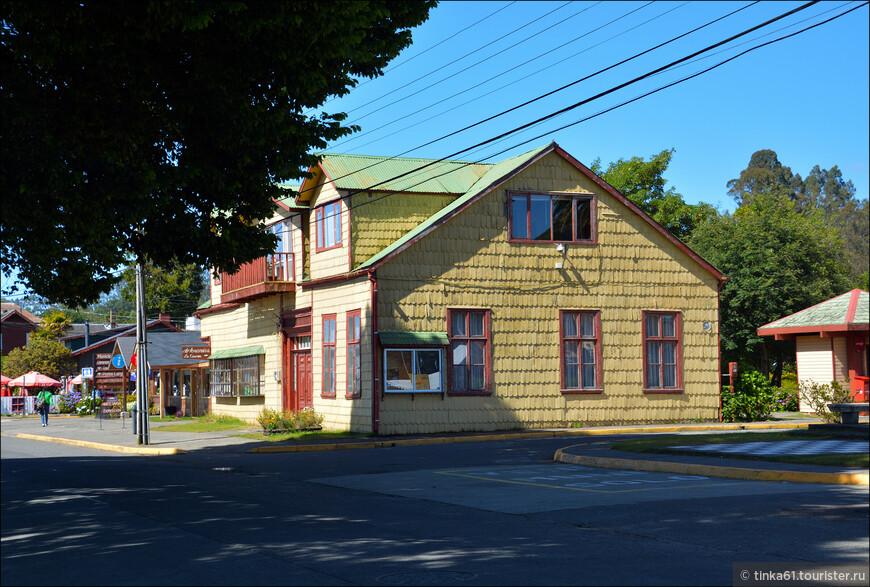 Типичные деревянные домики на улицах городка.