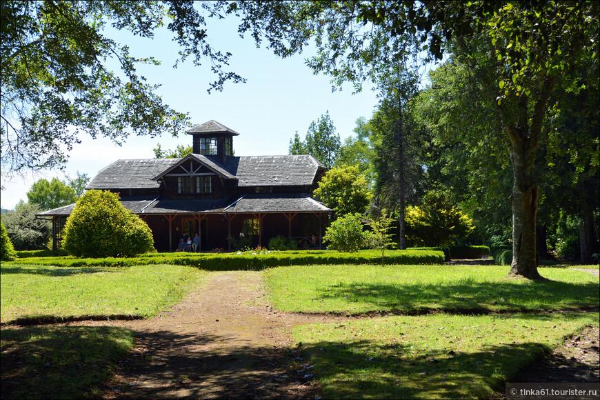На пригорке стоит большая усадьба. построенная в конце 19 века.
