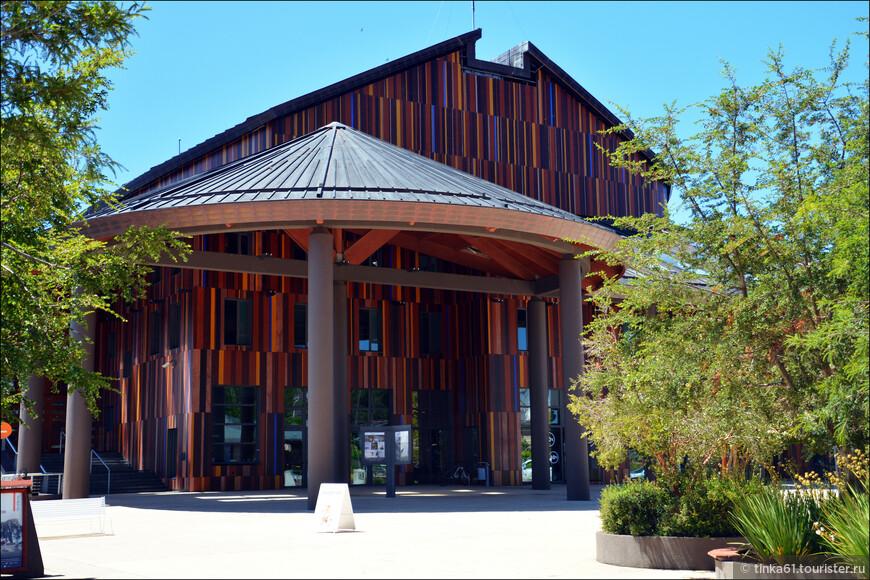 Деревянный, светлый и теплый  театр Фрутильяра открыл свои двери публике в 2010 году. Свеженький совсем, в общем.