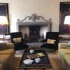 гостиная поместья со старинным камином, здесь подают аперитив винногастрономические туры и дегустации в Тоскане и Флоренции с Сомелье