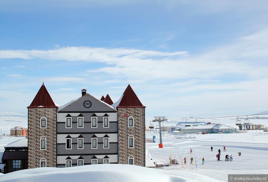 В Сарыкамыше гостиничный кластер весь находится возле горнолыжных трасс. На фото –  Kayı Snow Otel.