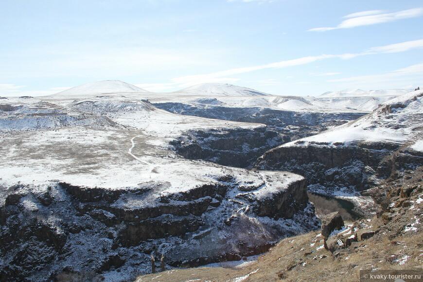 Вид с крепости на границе Турции и Армении. По этому каньону проходит граница