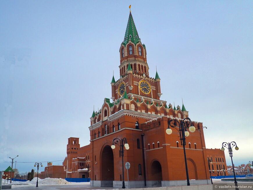 Ну точно дубликат Спасской башни Кремля, а между тем, это площадь Девы Марии в Йошкар-Оле. И башня вовсе не Спасская. а Благовещенская. Ощущение, что изображение рябит, однако, это так выглядят кирпичики