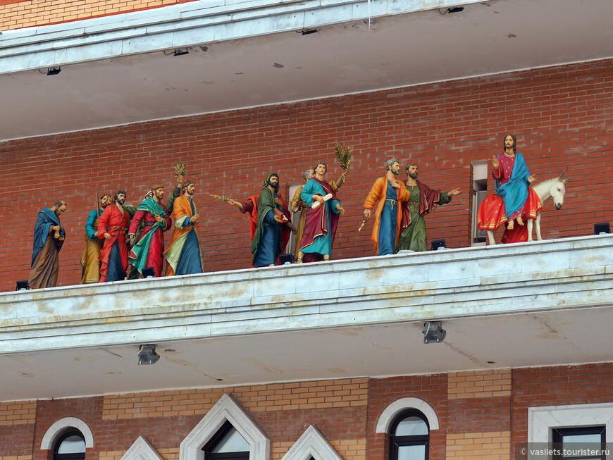 Несколько раз в день из дверцы в здании выходят 12 апостолов