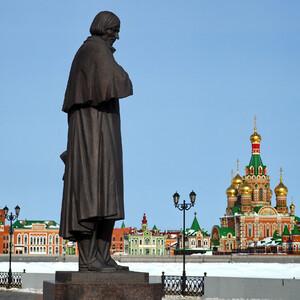 Гоголь о чем то задумался между Кремлем и храмом