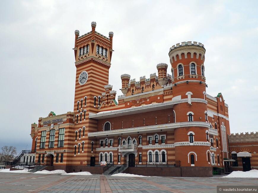 Настоящий замок снаружи, и многофункциональный центр внутри. Это на Патриаршей площади