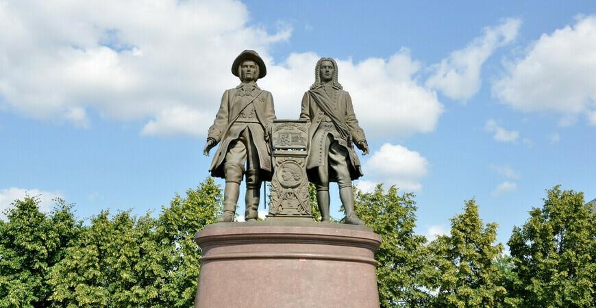Памятник основателям города Татищеву и де Геннину в Екатеринбурге