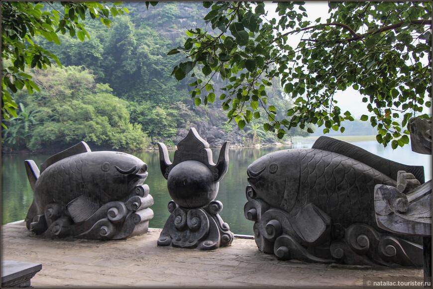 Во вьетнамской культуре много различных символов, которые мы видели во многих храмах. Вот например популярный лотос-он символизирует лето, а также утонченность, это образ чистоты и совершенства. Хоть лотос и растет в грязи, он никогда не перенимает запаха этой грязи. Согласно восточной философии среди 4-х мифических священных животных Вьетнама: дракона, единорога, черепахи и феникса первое место занимает дракон.