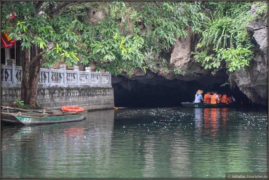 А вот и первый грот, первая пещера, которую предстоит посетить и через которую проплыть. Мы не знали-сколько их будет на маршруте и сразу как-то даже не задумывались над этим. Перед входом в каждую пещеру висит табличка с указанием длины пещеры.