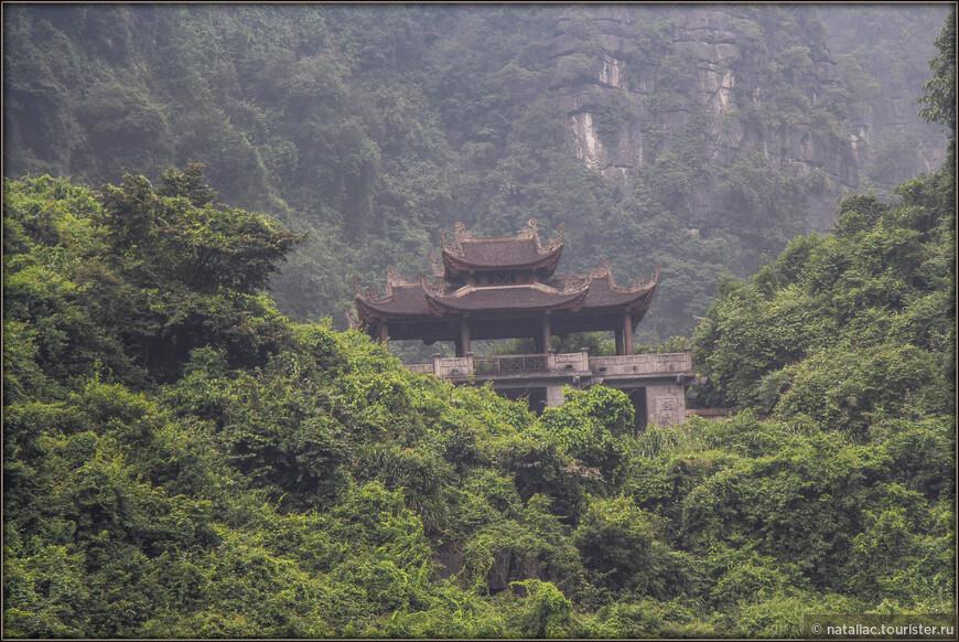 Среди сочной зелени на склонах холмов иногда взгляд  выхватывал храмовые строения.