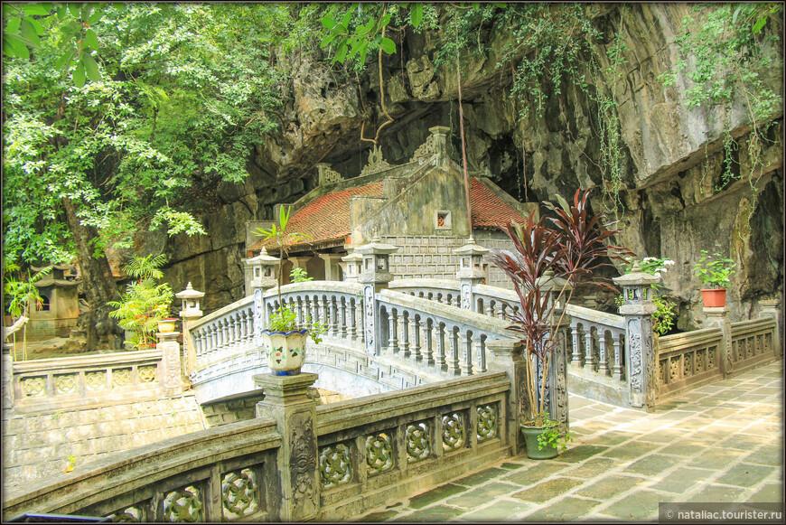 Здесь же еще один крошечный храм прямо под скалой. И он не последний-далее еще один.