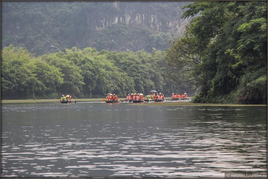 Ааааа, мы приближаемся к окончанию маршрута, время почти 11-00 часов и сразу почувствовали разницу-толпы туристов, из лодок настоящая пробка! Как же можно почувствовать уединение и прелесть этого удивительного парка?