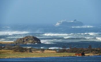В Норвегии у круизного лайнера с 1300 пассажирами отказали двигатели