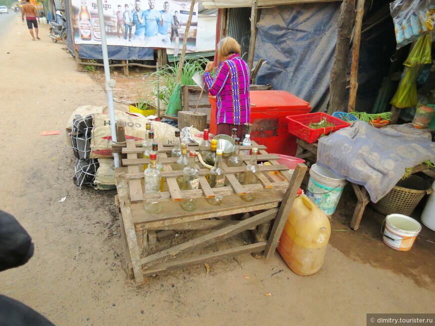 """Эта картина из темы """"Наш образ жизни"""". Перед Вами типичная камбоджийская бензозаправка."""