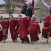 Маленькие монахи в тибетском монастыре в Бутане