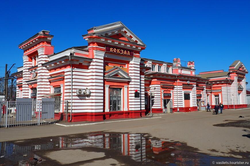 Обычно вокзалы в провинциальных городах не интересные, но в Дмитрове он сразу привлекает внимание