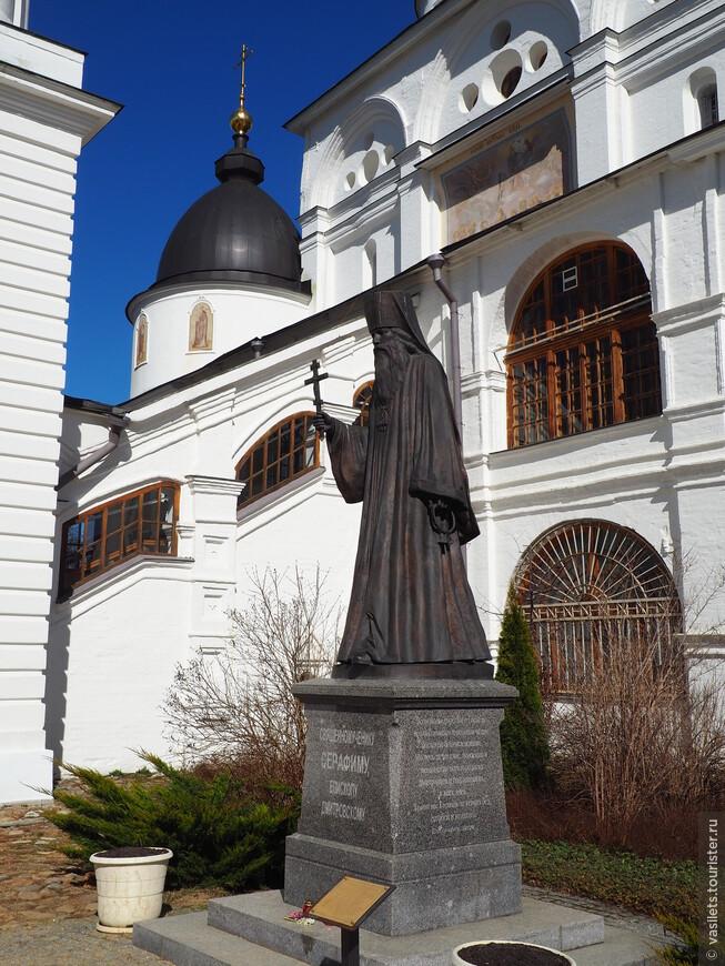 Памятник Серафиму, епископу Дмитровскому, бедолагу расстреляли в 37...