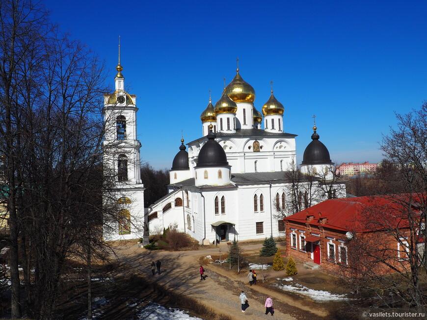 С высоты кремлевских валов Собор Успения Пресвятой Богородицы смотрится замечательно