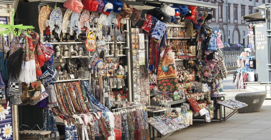Сувенирный рынок у Спаса-на-крови в Санкт-Петербурге