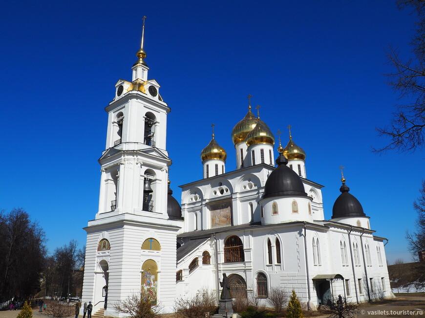 Собор Успения Пресвятой Богородицы - главный храм Дмитрова, он стоит в центре кремля. Строился с 1509 по 1533 год, в смешанном стиле архитектуры, объединяющем древнерусский стиль, готику и барокко. Есть параллели с Архангельским собором Москвы.