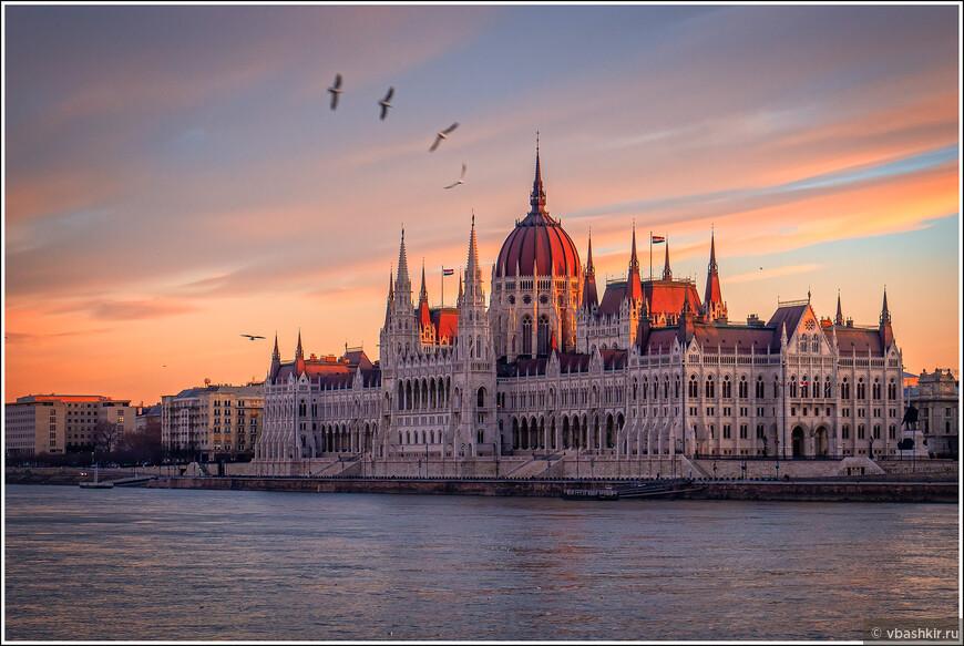 Здание Венгерского парламента на рассвете.
