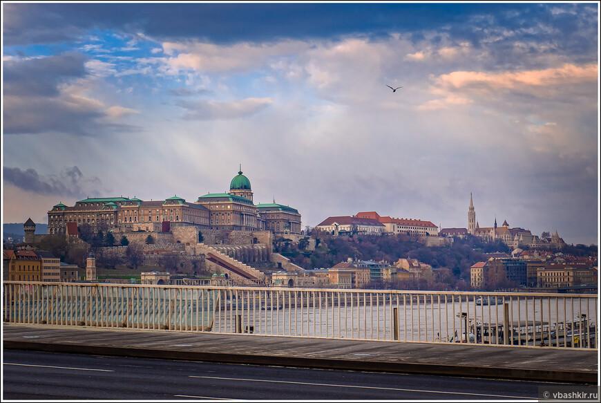 Будайская крепость с моста Эржбет.