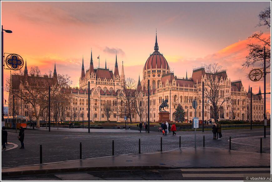 Здание Парламента на закате.