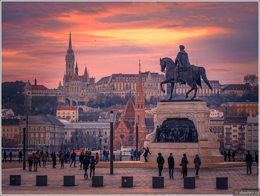 Вид от Парламента. Памятник Дьюле Андраши, на другом берегу Дуная - церковь Св. Анны, Рыбацкий бастион и собор Св. Матьяша.
