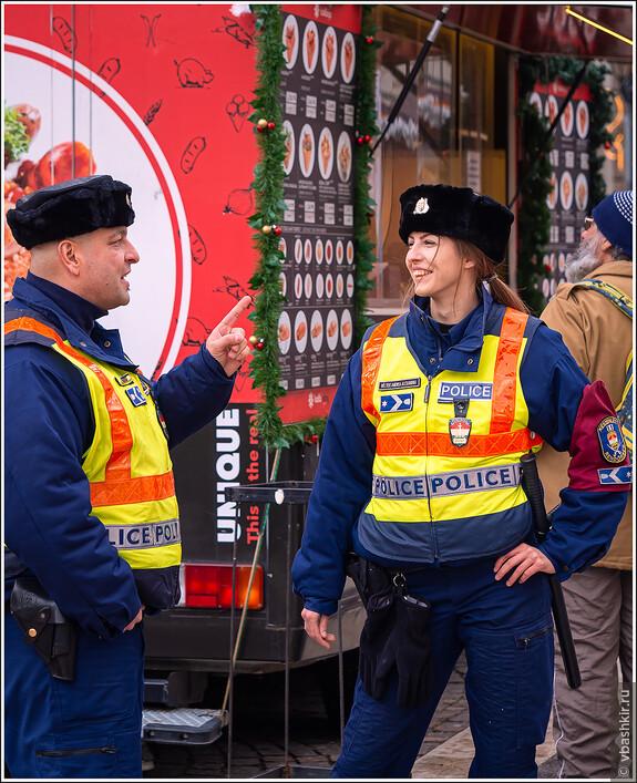 Позитивные офицеры rendőrség на ярмарке.