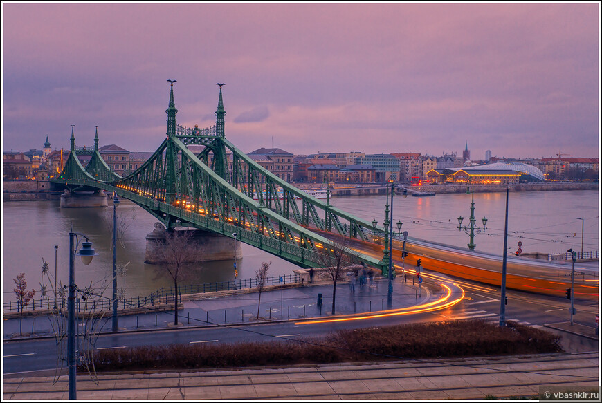 Мост Свободы в сумерках.