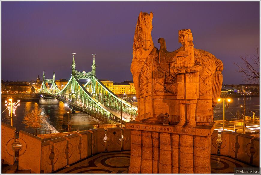 Мост Свободы и памятник Св. Иштвану около Пещерной церкви.
