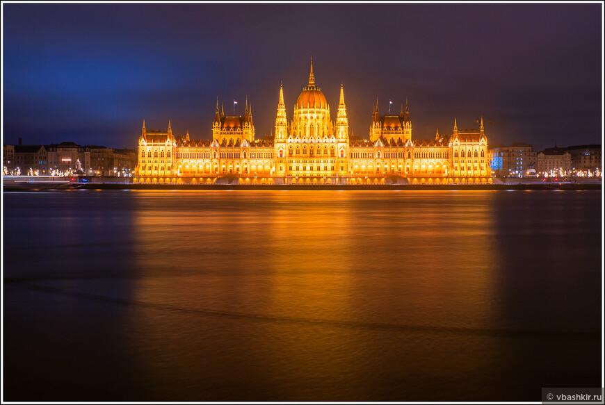 Здание Парламента вечером.