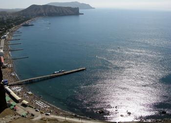 На пляжах Крыма запретят навязывать туристам лежаки