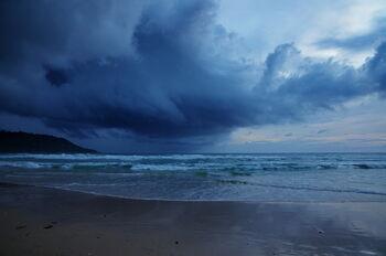 Гроза на пляже Ката в июле