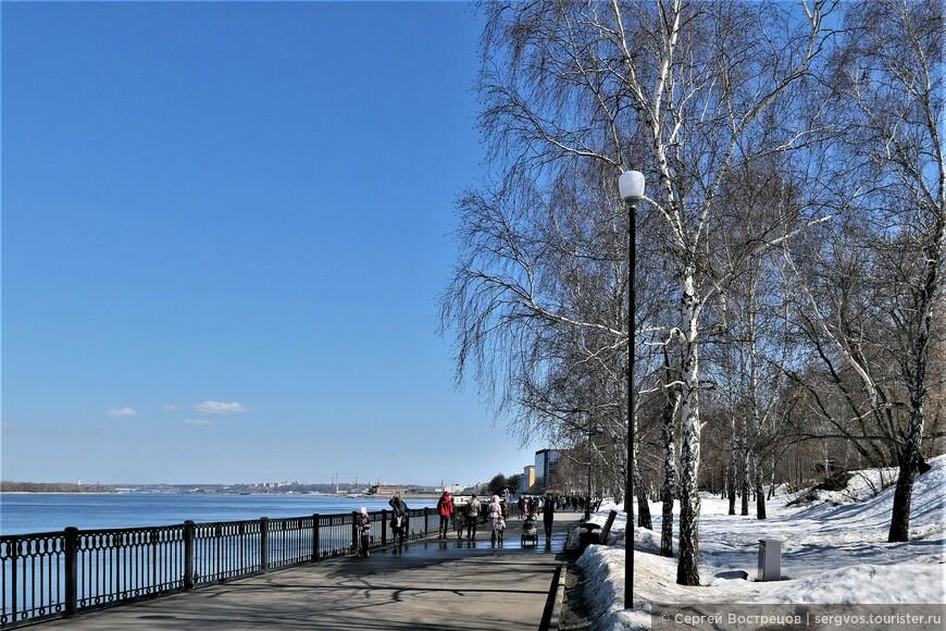В парковой полосе вдоль набережной тоже ещё зима.