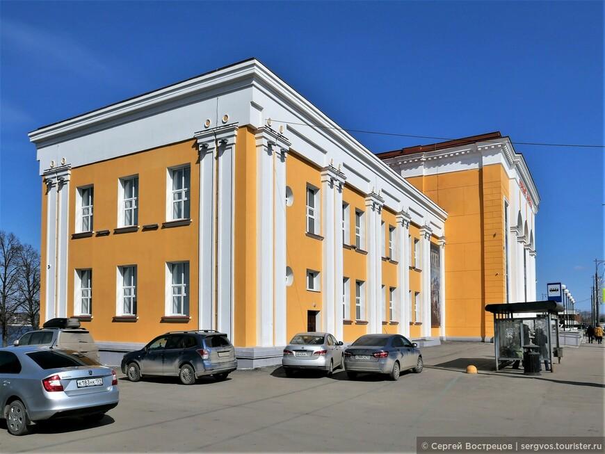 Вот он, речной вокзал. В моем представлении это здание всегда было одним из красивейших зданий Перми.