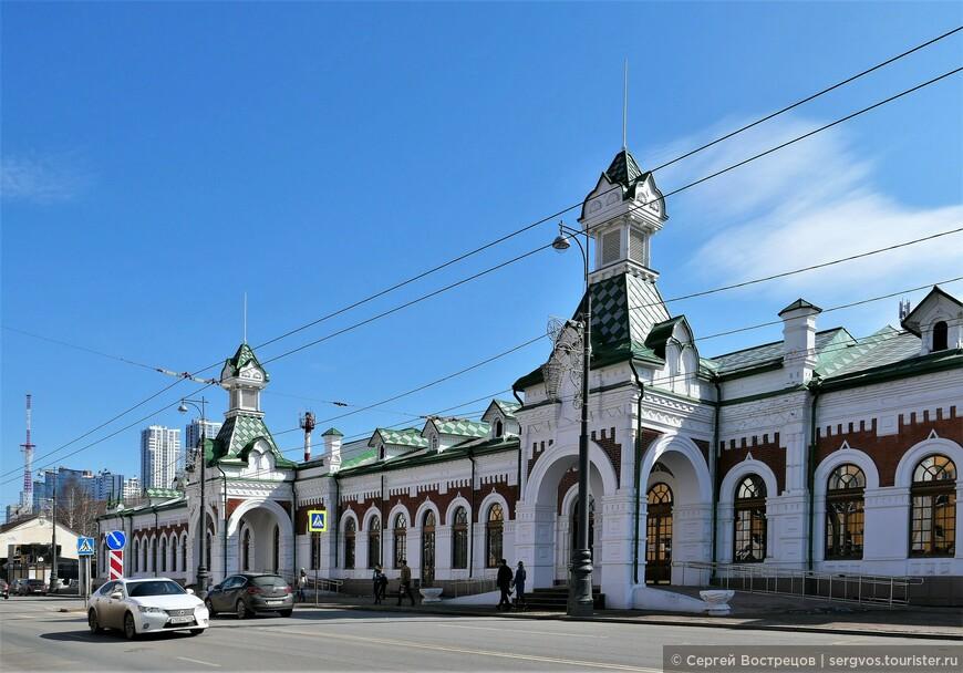 Уральская горнозаводская железная дорога соединила только Пермь и Екатеринбург, поэтому станция Пермь (тогда без номера) была конечной и тупиковой. Позднее, когда через Пермь прошёл Транссиб и был построен железнодорожный мост через Каму, новую станцию на главном пути назвали Пермь II, и обе станции соединили железнодорожной веткой, которую мы и видим рядом с набережной. Кстати, точно такой же вокзал был построен и на другом конце горнозаводской линии - в Екатеринбурге.