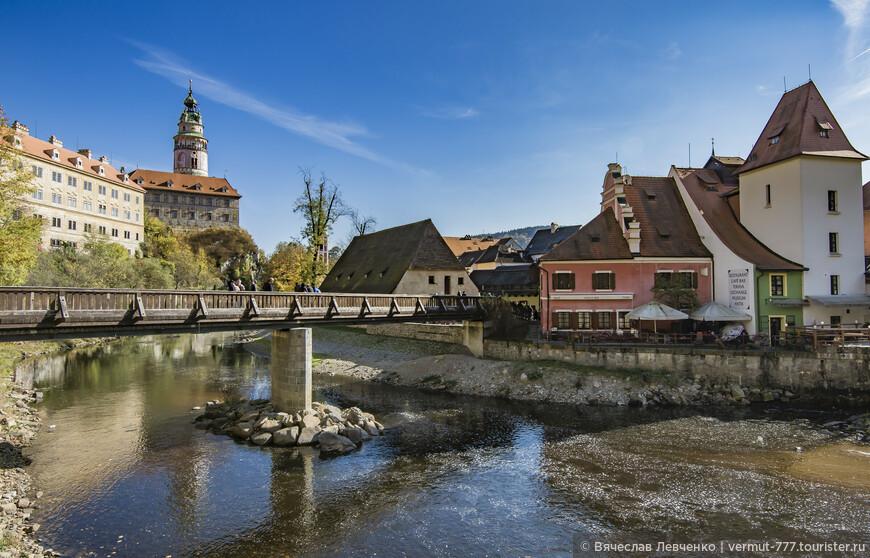 Мост через Влтаву к замку. В 1622 году император  Фердинанд II дарит замок Яну Олдржиху из рода Эггенбергов, после вымирания которого в 1719 году замок переходит к новым хозяевам – Шварценбергам.  В конце XIX века семитысячное население Крумлова на 82% состояло из немцев. В 1918 году Чехословакия провозгласила независимость, в город вошли чешские войска, подавившие стремление немецкого большинства создать  самостоятельный Шумавский округ, который должен был присоединиться к Австрии. Чехословацкие власти решили навсегда закрыть вопрос о принадлежности города и 30 апреля 1920 года официально прикрепили к названию «Крумлов» приставку «Чешский». Так город назывался еще в далеком 1439 году, однако в государственных документах название из двух слов до сего момента закреплено не было.