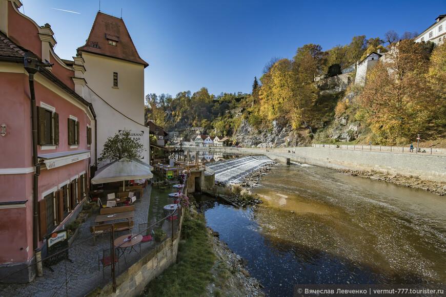 Cafe le Jezz по улице Široká 85,  это была средневековая мельница, которая была, когда неизвестно, перестроена в здание готического стиля. Далее, белое здание, Mill Apartments, по Široká 82, раньше было половиной здания, бывшей средневековой усадьбы 14-го века.