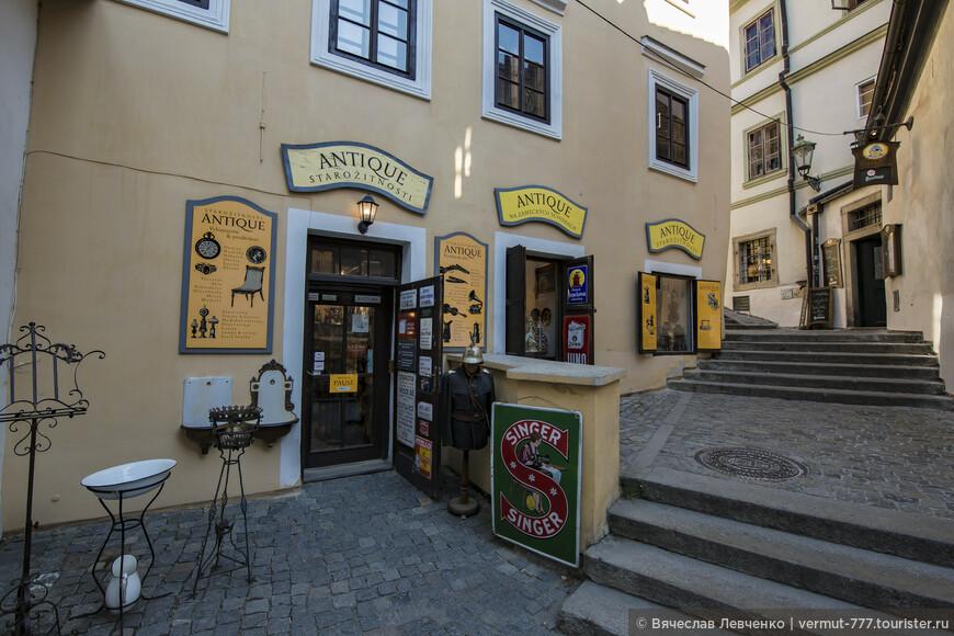По Zámecké schody подымаемся к замку. Слева дом 16-го века, сначала был построен в готическом стиле, позже несколько раз перестраивался в стиле барокко и наконец классицизма, в конце 19 века. Первые письменные упоминания, когда в 1530 году умер первый зарегистрированный владелец, Амброж Кленбар.