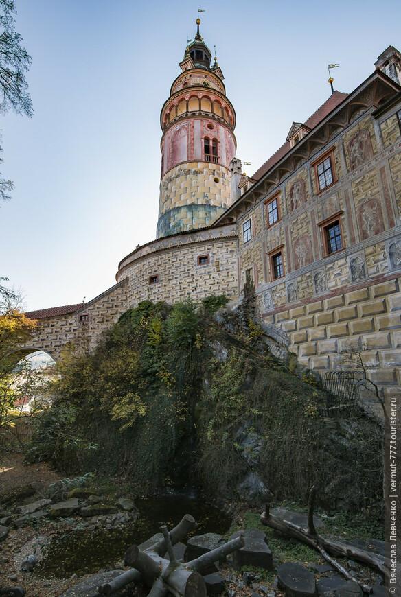 О, самая потрясающая достопримечательность замка и пожалуй всего городка - Замковая башня. Цилиндрическая шестиэтажная башня, покоится на скале, круто возвышающейся над замком  и рекой Влтавой. Башня, несомненно, относится к постройке середины 13 века. Самым старым является нижняя часть первого этажа и первый этаж. Можно допустить, что второй этаж был построен где-то в 14 веке. На третьем этаже находится колокольня эпохи Возрождения. На колокольне сохранился колокол 1406 года. Башня была закончена в ее нынешнем виде в 1581 году,  по проекту Балдассара Магги из Ароньо. В 1590 году художественное оформление башни и замка было проведено художником Бартоломеем Беранеком. В 1947 году был проведен капитальный ремонт, а в 1994-1996 годах была полностью восстановлена роспись башни.