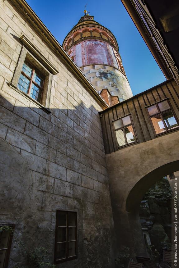 Двигаемся по лабиринтам замка к башне.