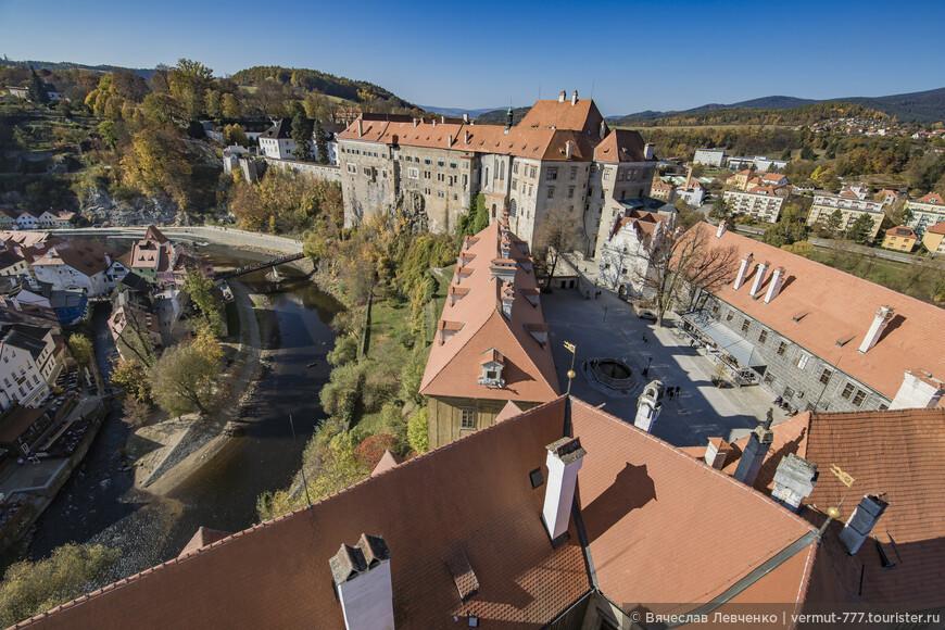 Замок Чески-Крумлов с высоты смотровой площадки башни. Он, как фантастическая плотина разделяет прошлое и настоящее города.