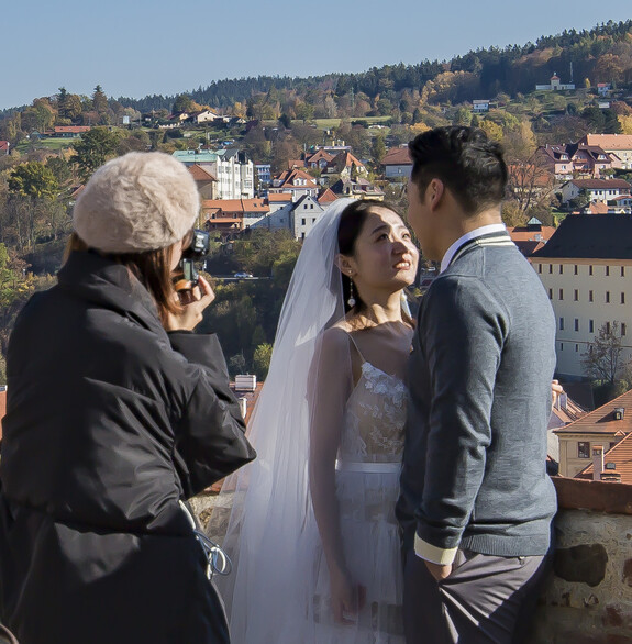 Перелётные птахи с Востока, решили провести незабываемую свадебную фотосессию на стенах замка, с видом на средневековый европейский город.