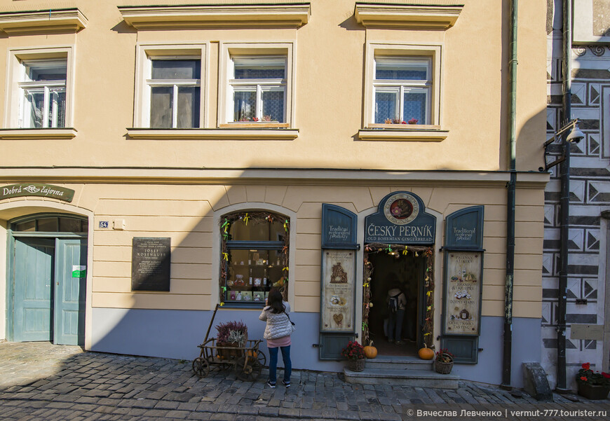 Лавка Český Pernik ( не знаю, надо ли переводить, всем же понятно, что рernik - это пряник), по Latrán 54. Про здание уже писал, а теперь заглянем вовнутрь.